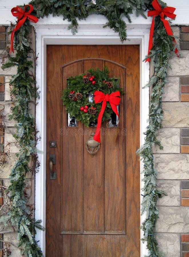 Haustür mit Weihnachtsdekorationen stockfoto