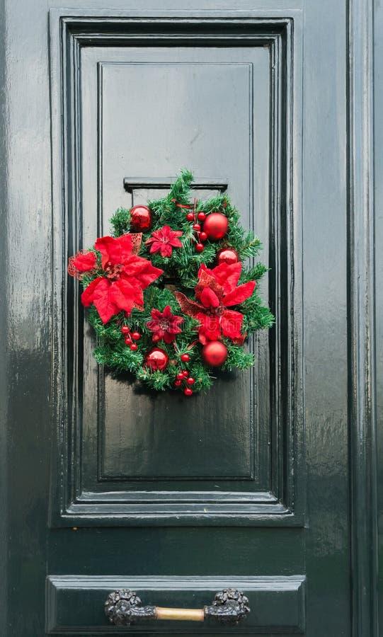 Haustür mit Weihnachtsdekorationen lizenzfreie stockfotos