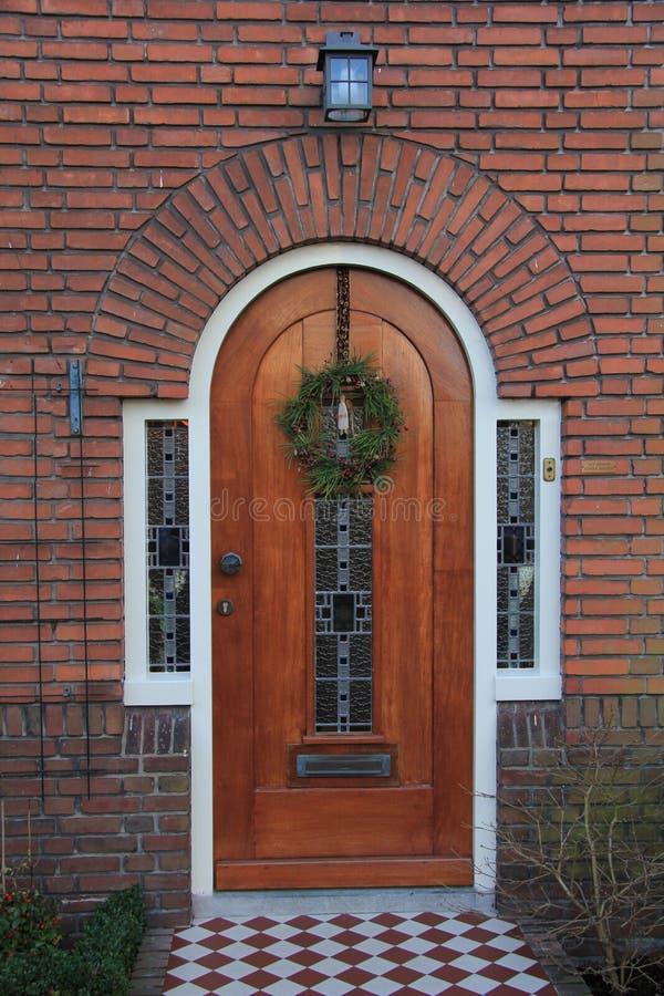 Haustür mit Weihnachtsdekorationen lizenzfreie stockfotografie