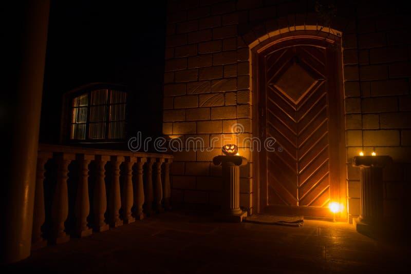 Haustür zu einem Haus verziert mit Halloween-Kürbis Halloween-Kürbis auf einer Tür steil lizenzfreies stockfoto