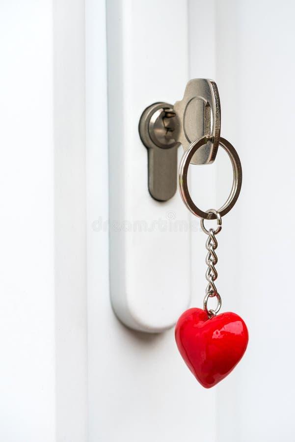 Haustürherzform-Schlüsselring lizenzfreies stockfoto