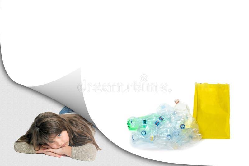 HAUSTIER-Flaschen-Abfallaufbereitungskonzept mit liegendem traurigem Mädchen lizenzfreie stockfotos