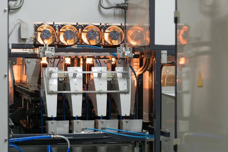 HAUSTIER-Flaschen-Schlag bolding bachine in der Bierfabrik stockfotografie