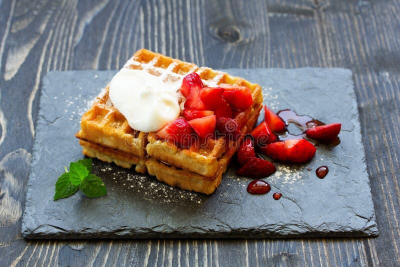 Haustiere (Belgier) waffles mit Erdbeeren stockbild