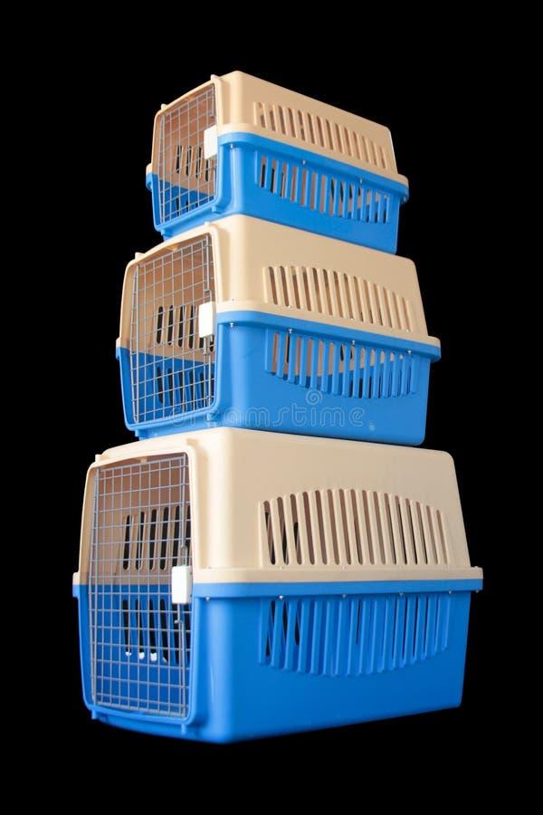Haustierfördermaschine Satz für das Reisen mit einem Haustier auf lokalisiertem Schwarzem lizenzfreie stockfotos