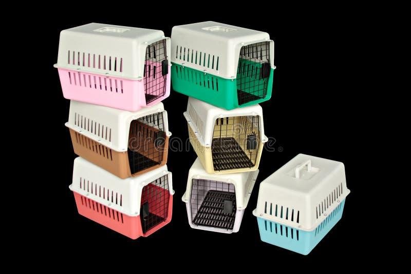 Haustierfördermaschine Satz für das Reisen mit einem Haustier auf lokalisiertem Schwarzem stockfotografie