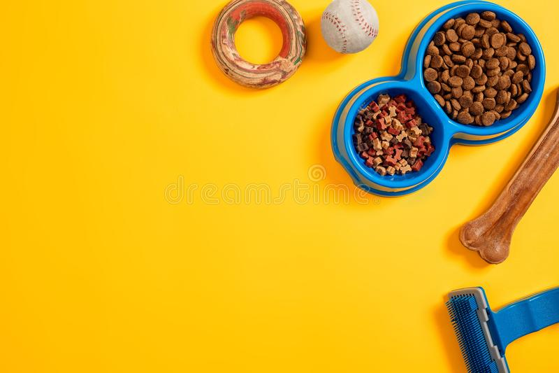 Haustierzubehör, Lebensmittel, Spielzeug Beschneidungspfad eingeschlossen stockfotografie