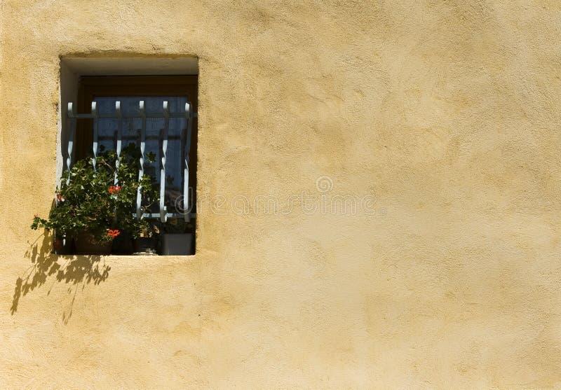 Hauswand mit fenster provence stockbild bild von blau - Download er finestra ...