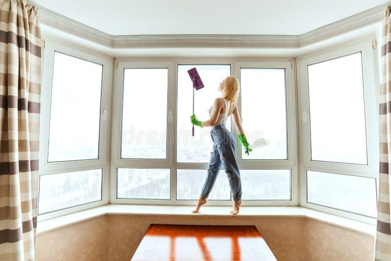Hauswirtin wäscht das Fenster lizenzfreie stockfotografie