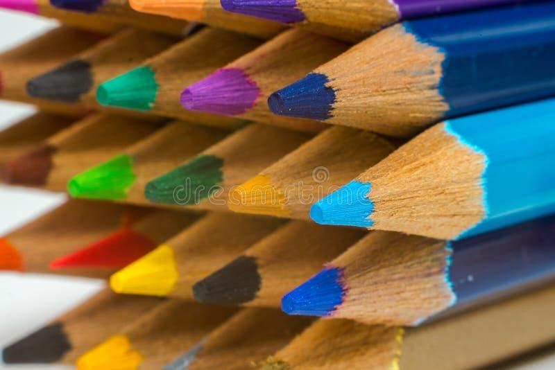 Haut étroit coloré de crayons images stock