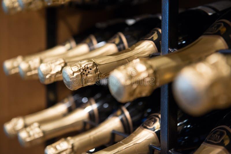 Haut étroit de bouteilles de vin mousseux photographie stock libre de droits