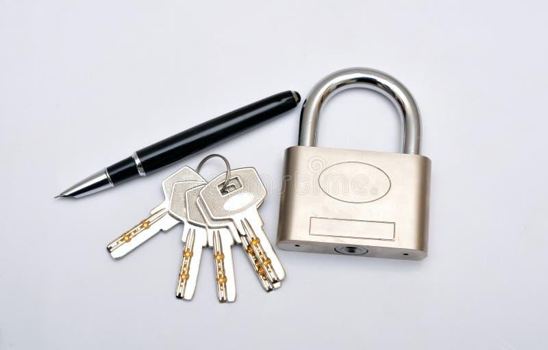 Haut étroit de clés de serrure et de stylo photographie stock