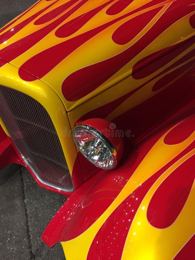 Haut étroit de flammes classiques de voiture images libres de droits
