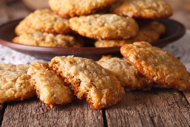 Haut étroit fraîchement cuit au four de biscuits australiens d'ANZAC horizontal photos libres de droits