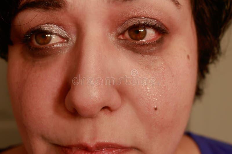Haut étroit pleurant de femme photographie stock libre de droits