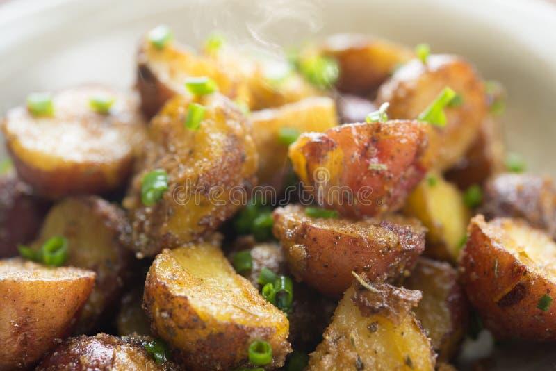 Haut étroit rôti de pommes de terre photographie stock