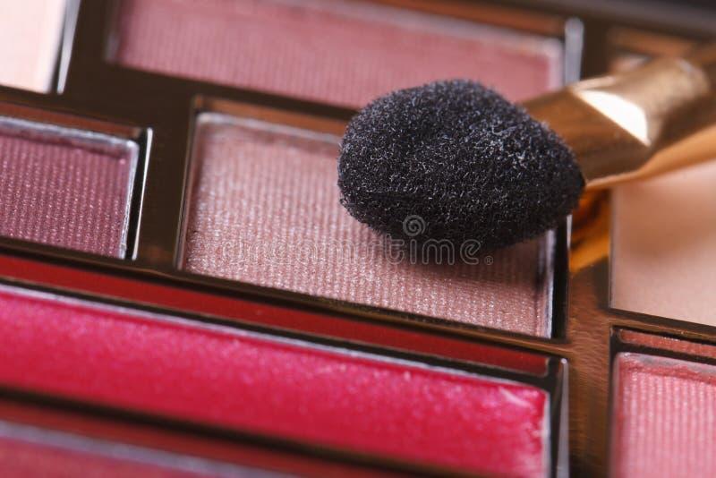 Haut étroit rose de fard à paupières et d'éponge image stock