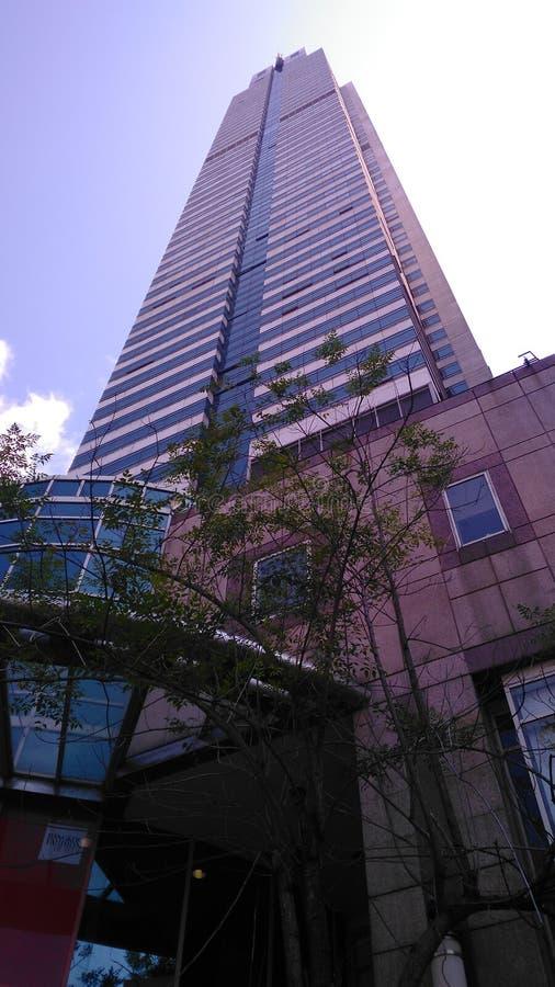 Haut bâtiment au centre d'affaires photographie stock libre de droits