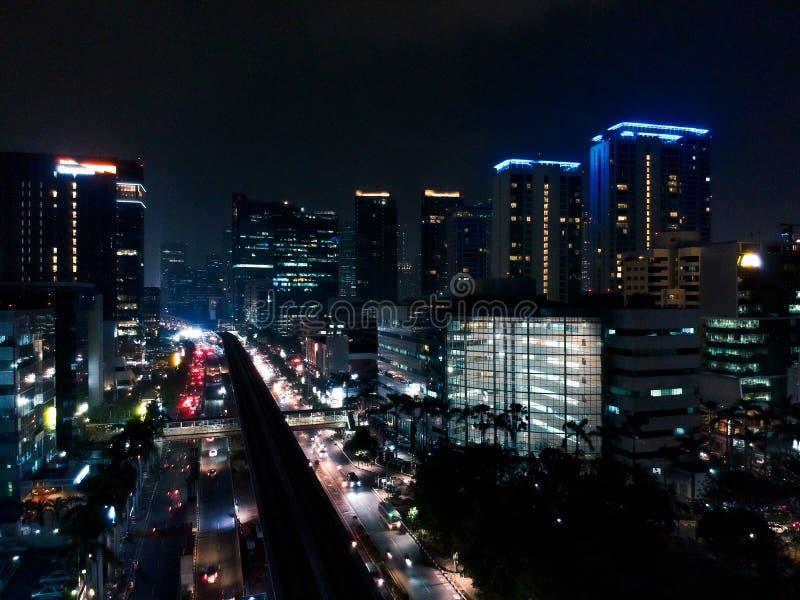 Haut bâtiment la nuit de vue de bourdon photographie stock
