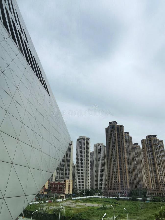 Haut bâtiment moderne avec le ciel obscurci photos libres de droits