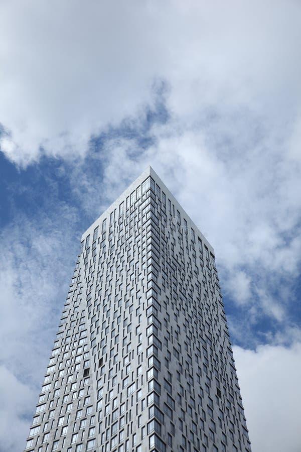 Haut bâtiment résidentiel sur le fond du ciel bleu avec des nuages moscou 07 09 2016 photos stock