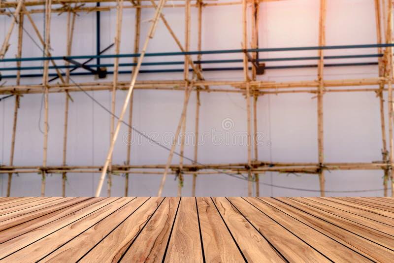 Haut bureau avec fond en bambou à échafaudage flou, table en bois images libres de droits