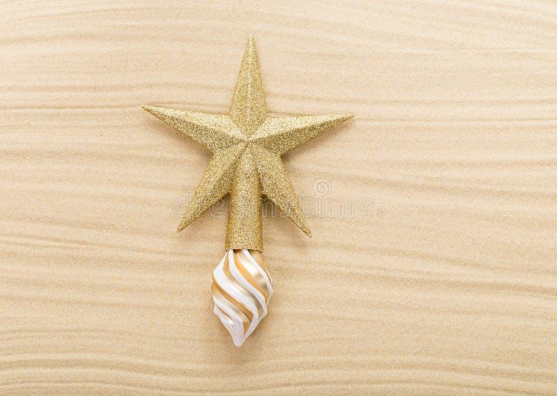 Haut de forme d'étoile de Noël de scintillement sur le sable images libres de droits