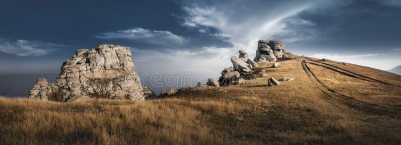 Haut de montagne avec de belles roches Ciel spectaculaire Crimée, Demerji photo libre de droits