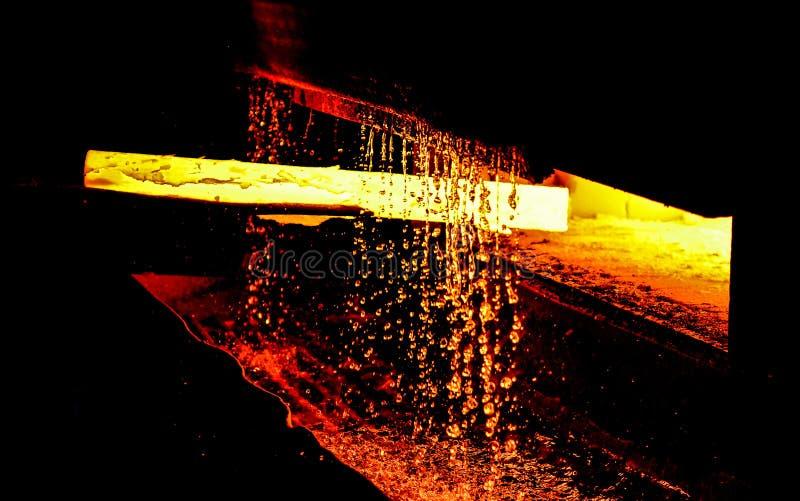 Haut fourneau fondant l'acier liquide dans les aciéries images stock