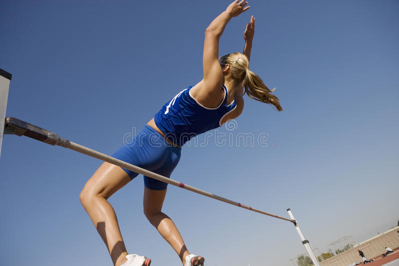 Haut Jumper In Midair Over Bar photographie stock
