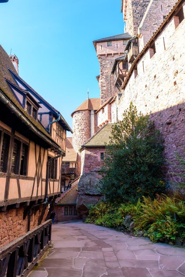 Haut-koenigsbourg - gammal slott i den h?rliga Alsace regionen av Frankrike n?ra staden Strasbourg royaltyfri fotografi