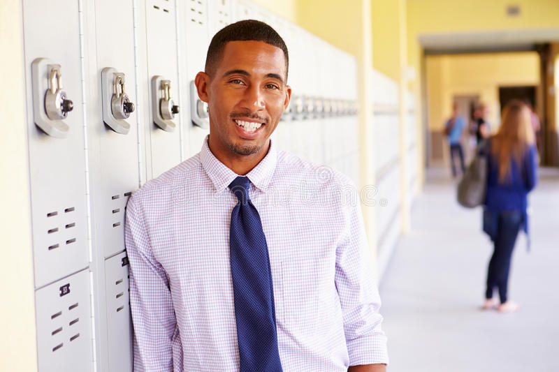 Haut maître d'école masculin Standing By Lockers photographie stock