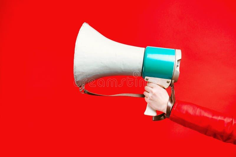 Haut-parleur à disposition sur un fond rouge images libres de droits