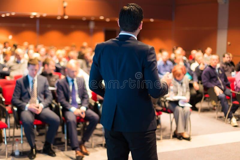 Haut-parleur à la conférence d'affaires et à la présentation images stock