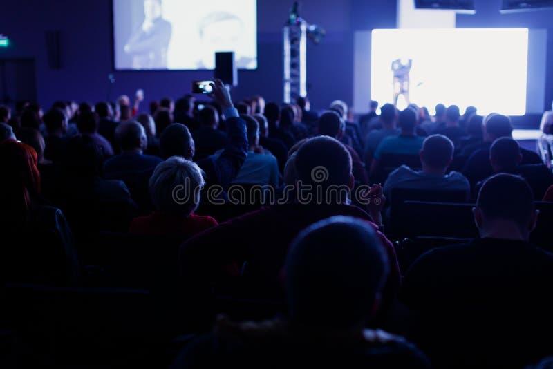 Haut-parleur à la convention et à la présentation d'affaires Assistance à la salle de conférences photographie stock libre de droits