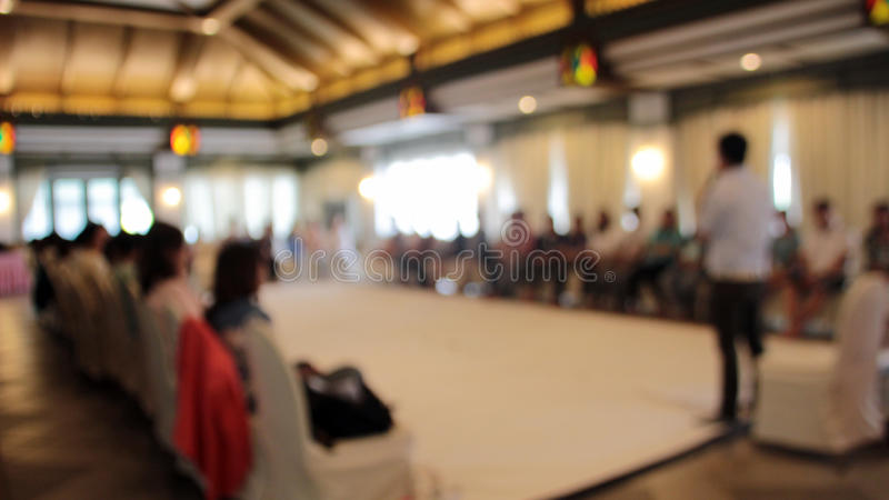 haut-parleur brouillé d'atelier dans le séminaire image stock