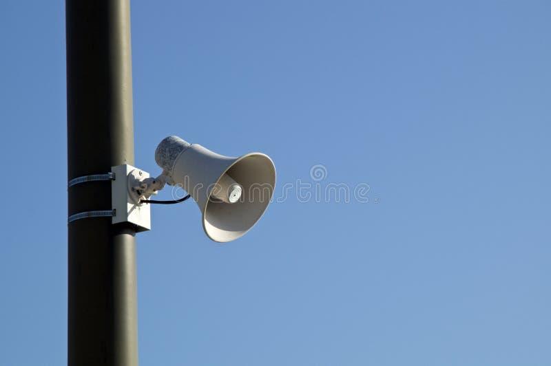 Haut-parleur bruyant en pole contre ciel bleu image stock