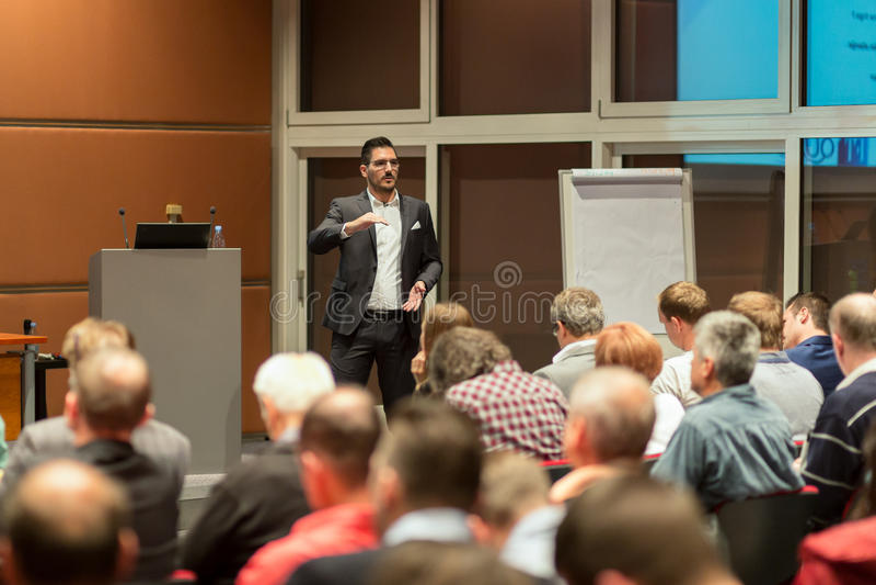 Haut-parleur d'affaires présentant un exposé dans la salle de conférences photographie stock libre de droits