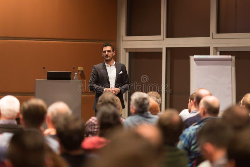Haut-parleur d'affaires présentant un exposé lors de la réunion de conférence photographie stock