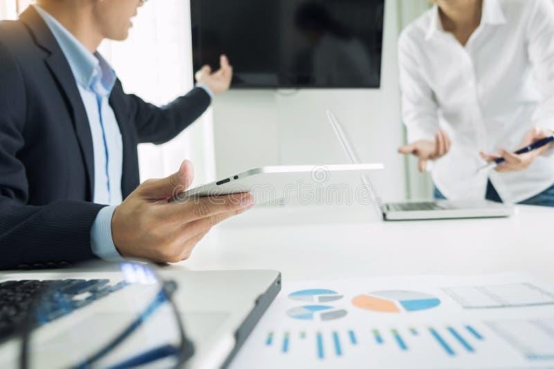 Haut-parleur d'homme d'affaires donnant un presenta de courbe de rentabilité de finances d'entretien photo stock