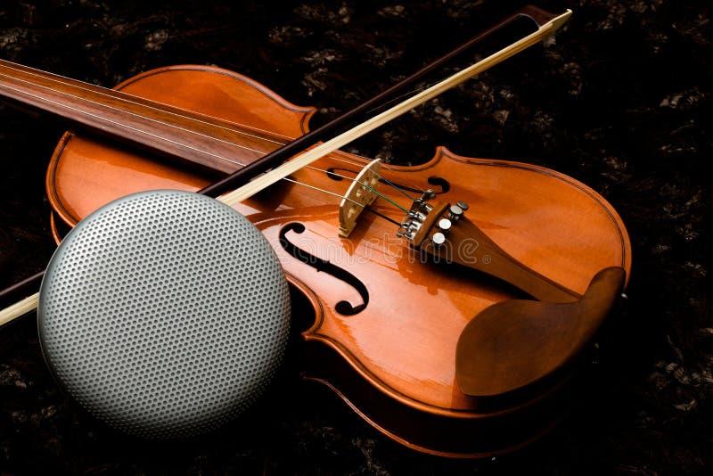 Haut-parleur de haute fidélité sur le violon classique pourpre avec le fond foncé image libre de droits