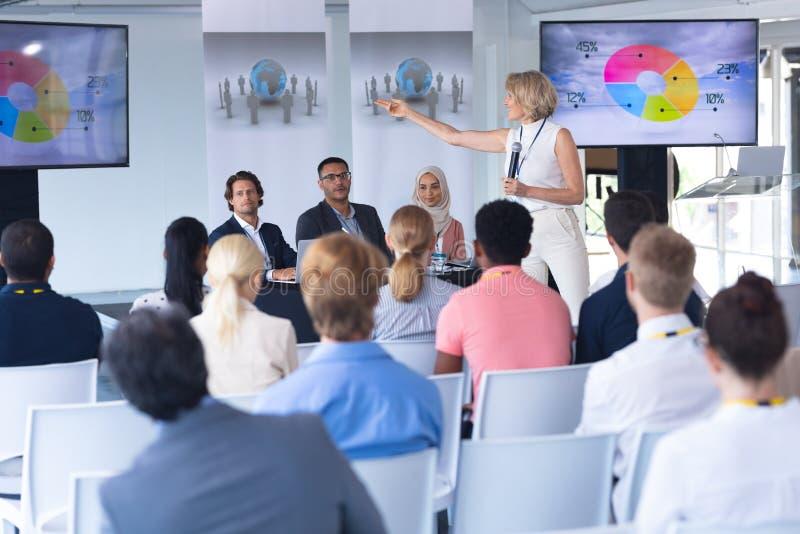 Haut-parleur femelle présentant l'exposé dans un séminaire d'affaires image libre de droits