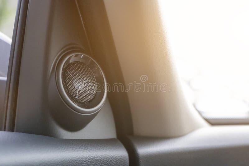 Haut-parleur noir de voiture monté à l'intérieur de la voiture photo libre de droits