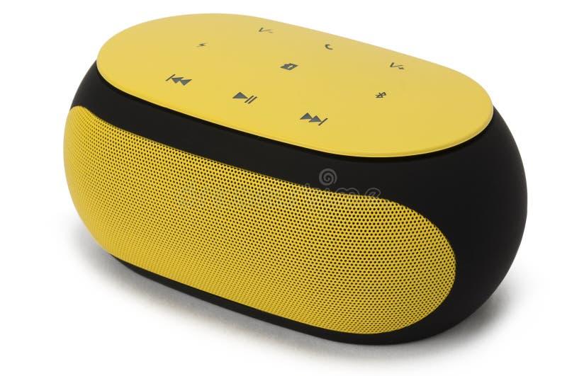 Haut-parleur portatif jaune de bleu-dent d'isolement sur le fond blanc photographie stock