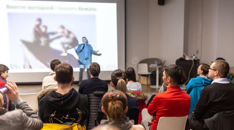 Haut-parleur présentant un exposé dans la salle de conférences à l'événement d'affaires Assistance à la salle de conférences Affa images libres de droits