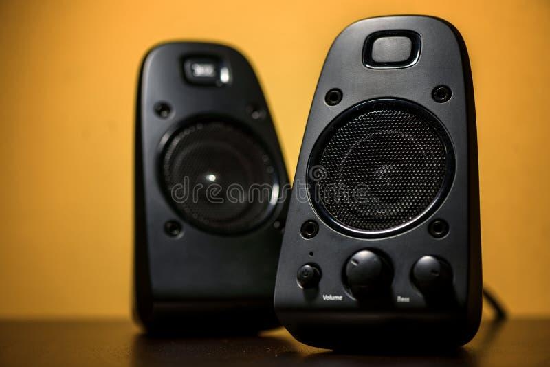 Haut-parleurs audio sur le fond jaune photo libre de droits