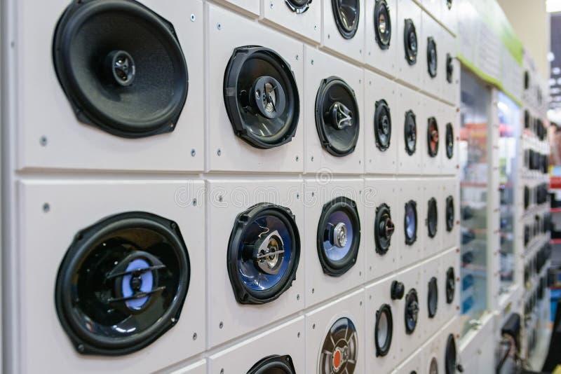 Haut-parleurs de voiture dans la boutique photos stock