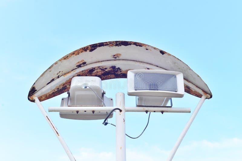 Haut-parleurs passés au bichromate de potasse avec le fond de ciel photo libre de droits