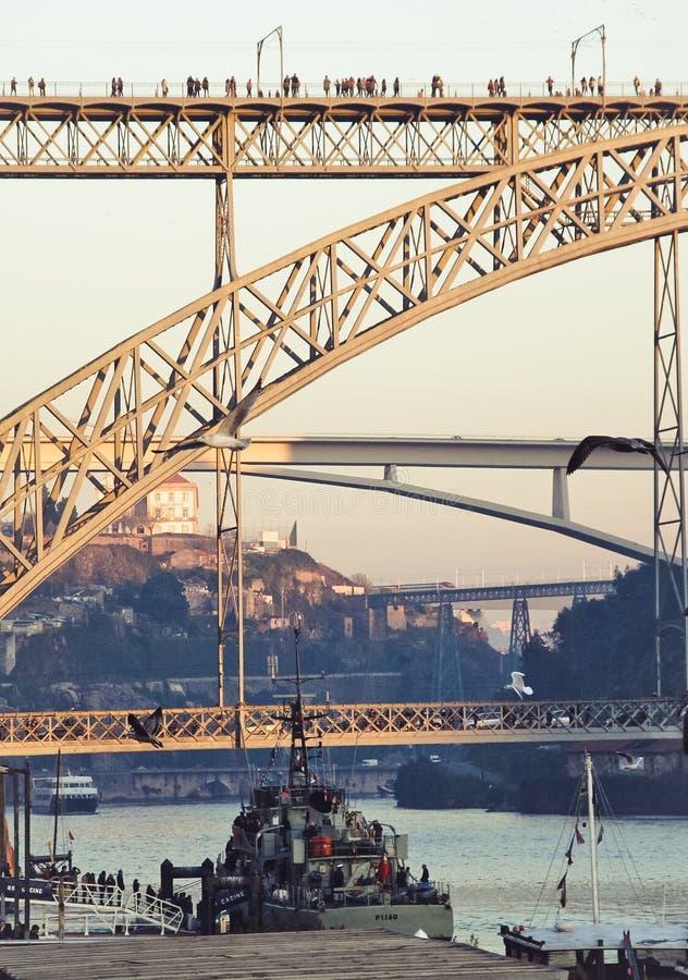 Haut pont au-dessus de la rivière photo libre de droits