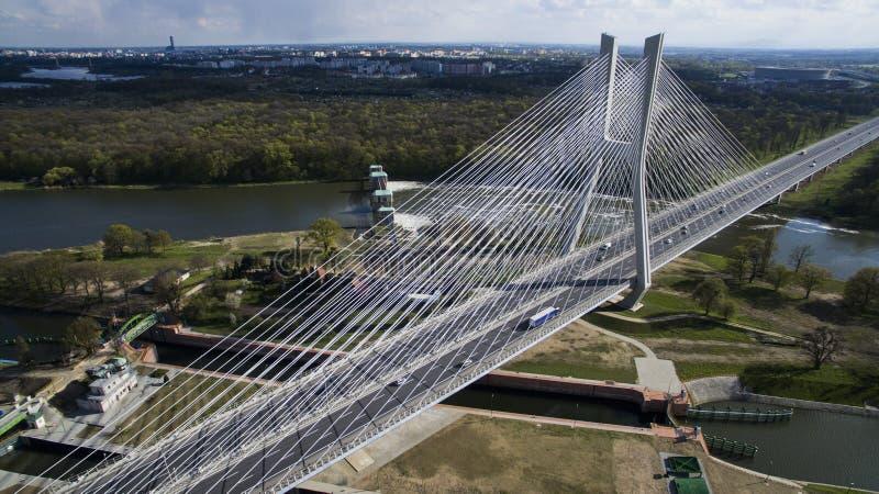 Haut pont de corde au-dessus de la rivière photos libres de droits